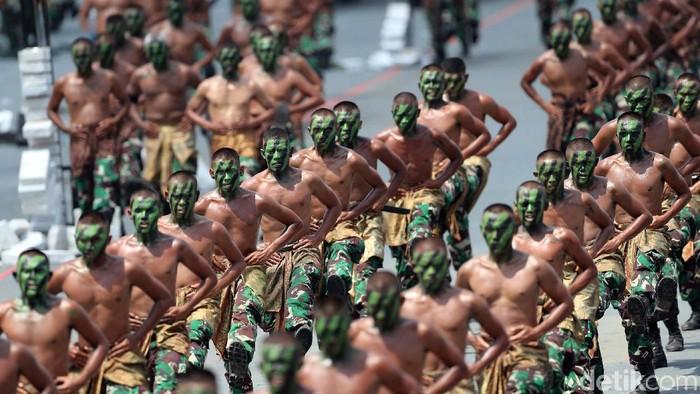 Rapi! itulah kata yang paling pantas disematkan kepada para pasukan TNI. Dihari jadinya yang ke-72 tahun, mereka menggelar beragam atraksi di Cilegon Banten. Begini aksinya.