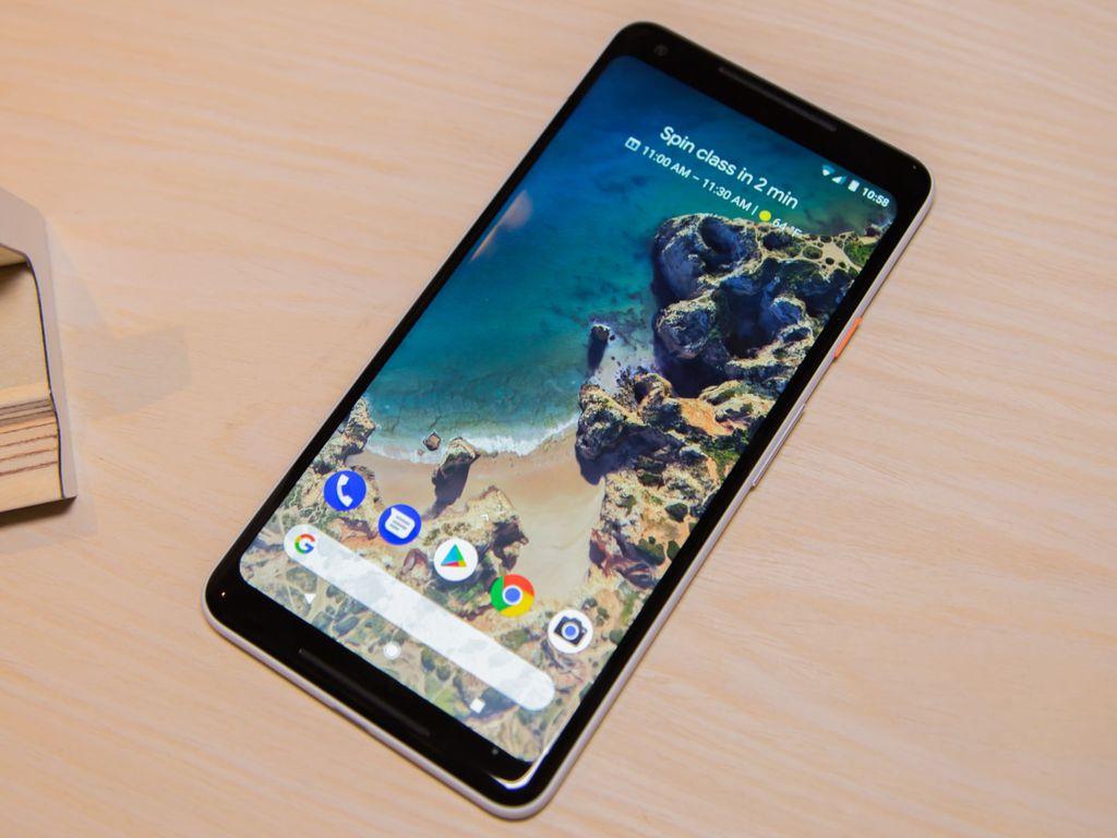 Pixel 2 XL bentuknya cukup menawan mengikuti tren ponsel flagship Android masa kini, yaitu bezelnya tipis dan bagian layar rasio 18:9 mendominasi. Layar itu seluas 6 inch resolusi1440 x 2880 pixel. Foto: Ars Technica