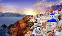 Yunani ada di peringkat ketujuh. Deretan bangunan bersejarah ribuan tahun lalu dan pulau-pulau kecilnya mencuri hati. Apalagi Santorini! (Dok. Thinkstock)