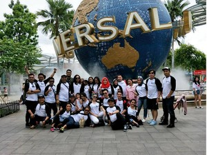 Rayakan Ulang Tahun Ibunda, Ayu Ting Ting Boyong 30 Orang Liburan ke Singapura