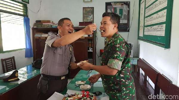 So Sweet! TNI di Banjarnegara dapat Surprise Kue Ultah dari Polisi