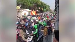 Gerombolan Pemotor Nakal, Gotong-Royong Demi Tak Ditilang
