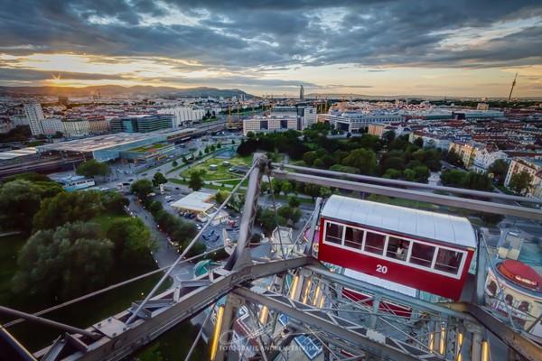 Kota ketiga yang memiliki gaya hidup tersehat adalah Wina, Austria. Kota ini terkenal arsitektur, seni, dan musiknya yang menawan. Di sana juga orang-orangnya hobi ngegym karena harganya yang murah yakni 26 euro sebulan. Foto: (Dok. Wiener Riesenrad)
