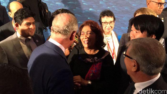 Susi berbincang dengan Pangeran Charles. Dalam perbincangan sekitar 1 menit itu, Pangeran Charles melontarkan pujian kepada Susi.