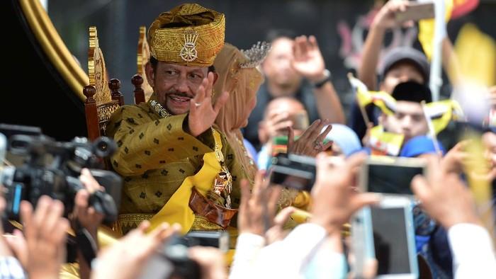 Sultan Brunei Hassanal Bolkiah saat merayakan 50 tahun bertakhta dengan menyapa rakyatnya (REUTERS/Ahim Rani)