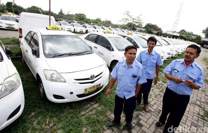 Dalam surat yang ditujukan kepada Bursa Efek Indonesia (BEI), manajemen PT Express Transindo Utama Tbk (TAXI) menyebut adanya rencana perusahaan menjual aset dan PHK karyawan. Ini karena menurunnya kinerja operasional yang ditandai dengan penurunan pendapatan.