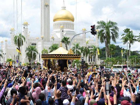 Kereta kencana berlapis emas yang membawa Sultan Brunei Hassanal Bolkiah