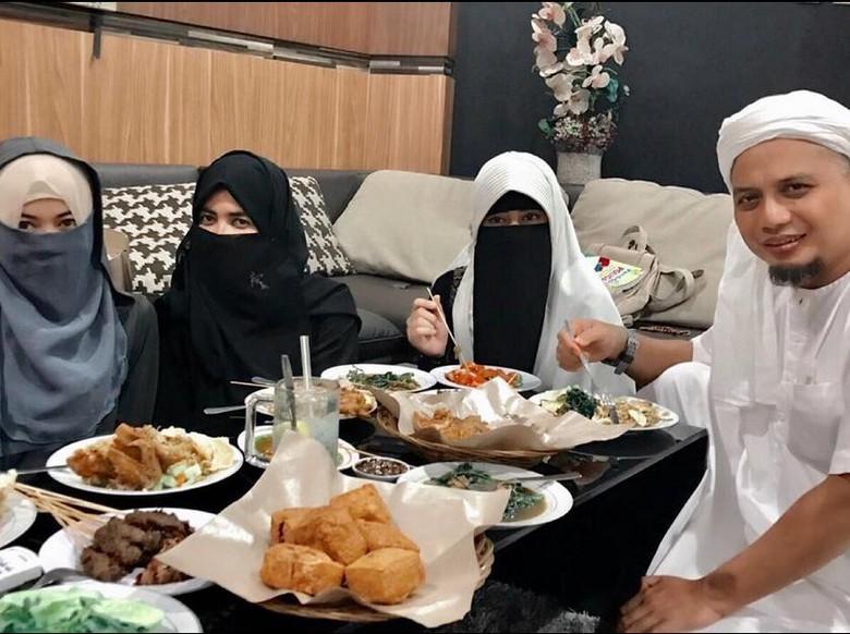 Dipuji Perempuan Kuat, Istri Pertama Ustad Arifin Ilham: Amin!
