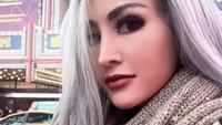 Alone tampil dengan rambut berwarna abu-abu kebiruan. Dok. Instagram/cynthiaraalona_real