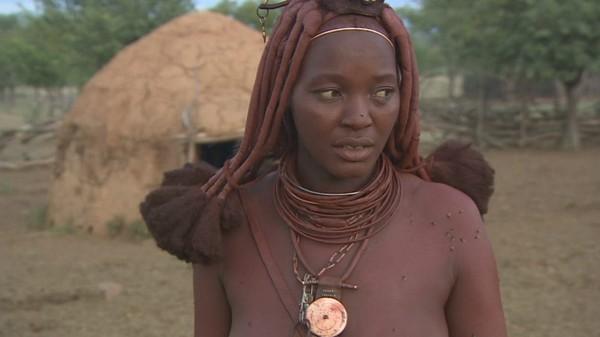 Suku Himba bisa dibilang unik karena cara mereka dalam bersolek. Mereka punya lotion sendiri yang membuat kulit mereka terlihat merah (CNN Travel)