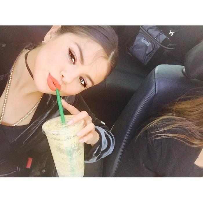 Selena Gomez sering mengunggah fotonya dengan segelas kopi. Seperti yang satu ini dengan keterangan foto kopi. KOPI. - aku, setiap hari. Hmm meski kamu penyukai kopi, ingat ya menurut penelitian kopi maksimal diminum 1-2 cangkir per hari. (Foto: Instagram @selenagomez)