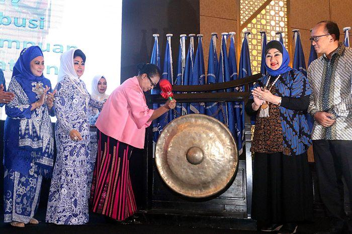 Yohana Yembise memukul gong tanda dimulainya Rakernas Ikatan Wanita Pengusaha Indonesia (IWAPI), Jumat (6/10/2017). (IWAPI)