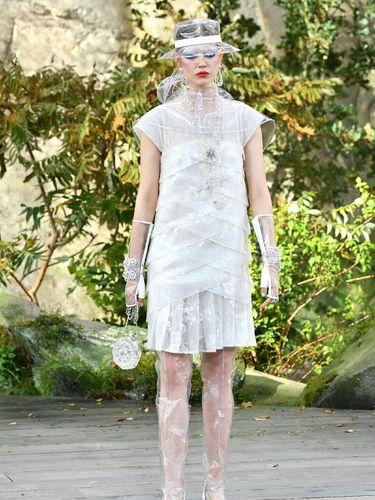 Topi transparan di koleksi Spring-Summer 2018 Chanel.