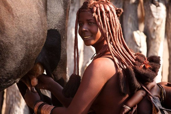 Untuk rambutnya bukan sekedar extension, rambut extension akan dihias dengan mahkota yang disebut Erembe. Erembe akan diberikan kepada perempuan yang memasuki usia pubertas (face2faceafrica/Facebook)