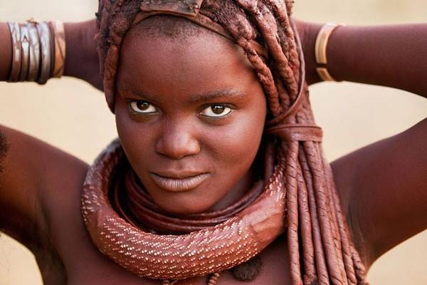 Otjize bukan hanya sekedar kosmetik tapi juga jadi pembersih tubuh. Karena langkanya air di Afrika, wanita-wanita Himba mengoleskan Otjize yang memang berkhasiat untuk membersihkan tubuh (face2faceafrica/Facebook)