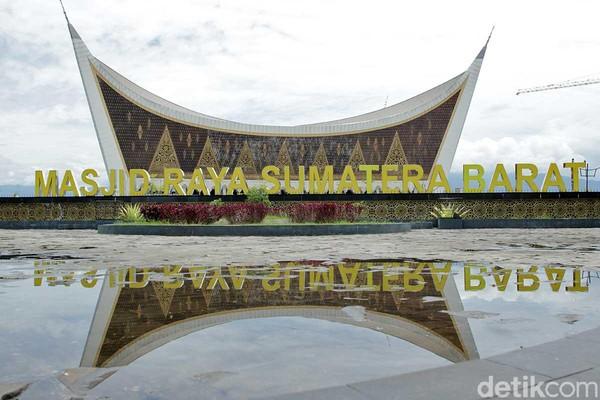 Dikenal juga sebagai Masjid Mahligai Minang, Masjid Raya Sumatera Barat merupakan salah satu yang terbesar di Indonesia. Lokasinya berada di Kecamatan Padang Utara, Kota Padang, Sumatera Barat. (Randy/detikTravel)