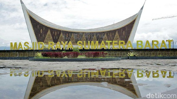 Masjid Raya Sumatera Barat disebut juga sebagai Masjid Mahligai Minang. Ini merupakan salah satu masjid terbesar di Indonesia. (Randy/detikTravel)