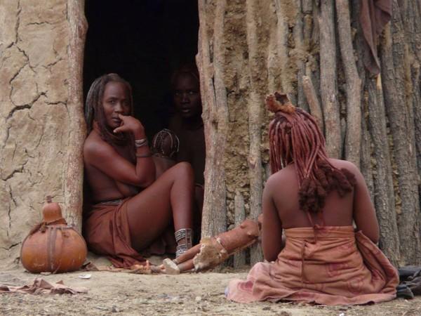 Rambut extension ini akan ditata dengan gaya yang berbeda sesuai dengan status mereka, lajang atau menikah. Perbedaan gaya rambut ini juga menandakan usia seorang wanita Himba (face2faceafrica/Facebook)