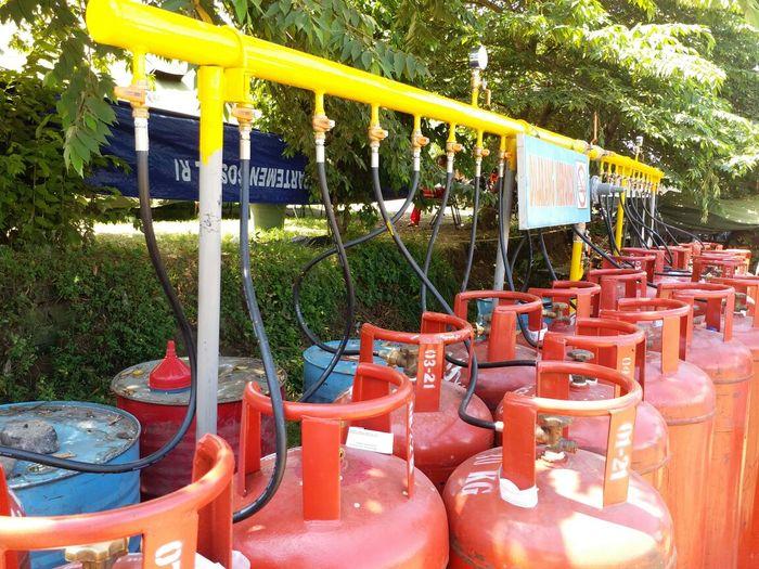 Foto: Pertamina Bagi-bagi Elpiji untuk Pengungsi Gunung Agung (Dok. Pertamina Surabaya)