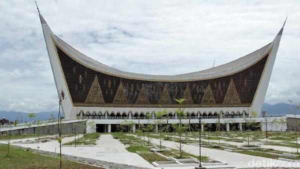 Masyarakat Sumatera Barat terkenal dengan pepatah adat basandi syarak, syarak basandi Kitabullah atau yang artinya adat bersendikan kepada agama dan agama bersendikan kepada kitabullah yaitu Al Quran. (Randy/detikTravel)