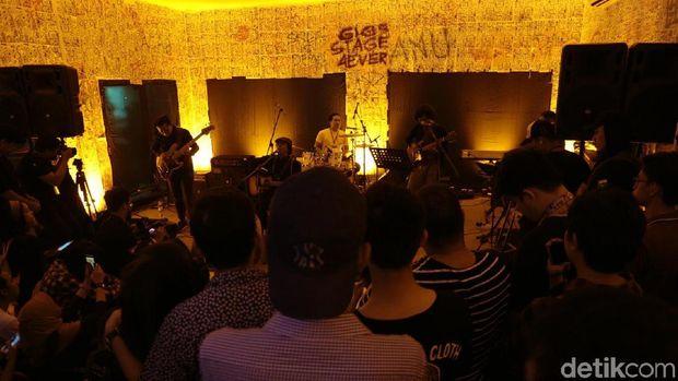 Intimasi Adrian Yunan di Panggung Synchronize Fest 2017