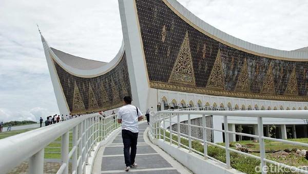 Masjid berdiri di atas lahan seluas 40.000 meter persegi. Luas bangunan utamanya sekitar 18.000 persegi. (Randy/detikTravel)