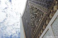 Memiliki desain gonjong dengan ukiran tempat Al-Quran (Randy/detikTravel)