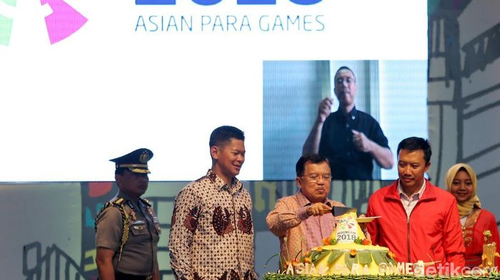 Potong tumpeng yang dilakukan oleh Wakil Presiden Jusuf Kalla menandai hitung mundur Asian Para Games 2018 (Foto: Agung Pambudhy)
