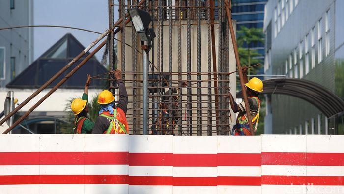 Pekerja melakukan aktifitas di proyek infrastruktur LRT, di Jl Rasuna Said, Jakarta, Jumat (6/10).