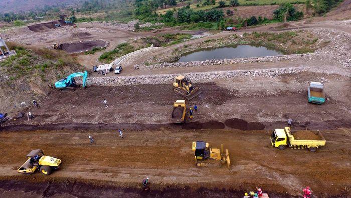 Para pekerja tengah menyelesaiakan pembangunan Bendungan Tanju. (Dok. Ditjen Sumber Daya Air, Kementerian PUPR)