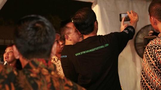 Melihat Aksi Jokowi Ngevlog di Synchronize Fest 2017