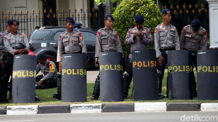Aksi unjukrasa yang dilakukan Buruh di depan Istana Negara mendapat pengawalan ketat polisi. Kawat berduri, water cannon dan polisi bersenjata diturunkan.