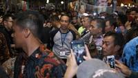 Satu jam lebih berada di venue, Jokowi melepas jaketnya. Foto: Hanif Hawari