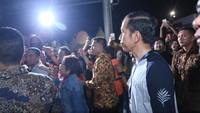 Jokowi tampak menyaksikan penampilan dari Ebiet G Ade. Foto: Hanif Hawari