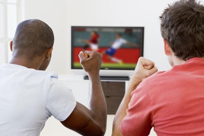 Piala Dunia 2018 telah mendekati final pada minggu ini. Meski ada banyak kekhawatiran terhadap kesehatanmu jika begadang, namun ada juga sisi baiknya, lho! Foto: Thinkstock