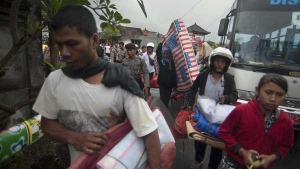 BNPB Sediakan Kendaraan untuk Pulangkan Pengungsi Gunung Agung