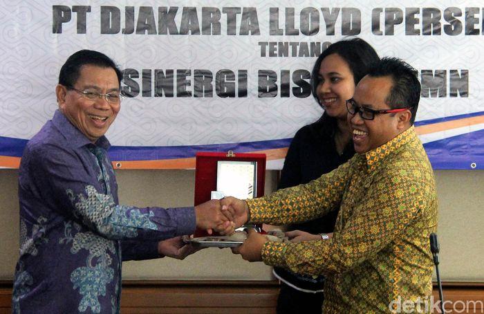 PT Asuransi Kredit Indonesia (Persero) atau Askrindo dan PT Djakarta Lloyd (Persero) melakukan penandatanganan Memorandum of Understanding (MoU) dalam rangka memperat kerjasama bisnis kedua perusahaan milik negara tersebut, di Graha Askrindo, Jakarta, Jumat (6/10).