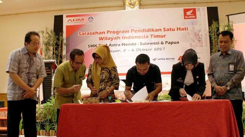 Melanjutkan komitmennya untuk memperkuat pendidikan vokasi dan melahirkan alumni SMK yang terampil dan berdaya saing, PT Astra Honda Motor (AHM) mulai mengembangkan sayapnya ke wilayah Indonesia Timur, khususnya Sulawesi dan Papua. Foto: Pool (Honda)