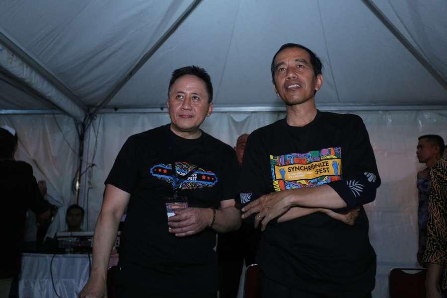 Lepas Jaket, Jokowi Pakai Kaus We The Fest
