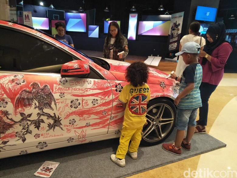 Anak-anak turut melukis di mobil Mercy (Foto: Ruly Kurniawan)