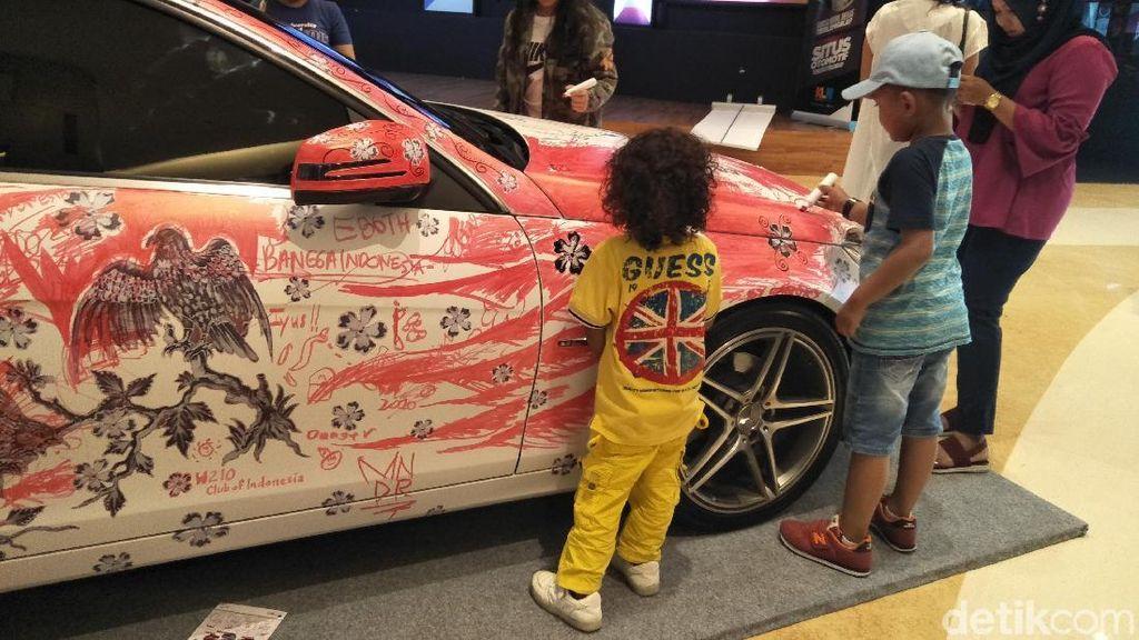 Senangnya Anak-anak Melukis di Mobil Mercedes-Benz