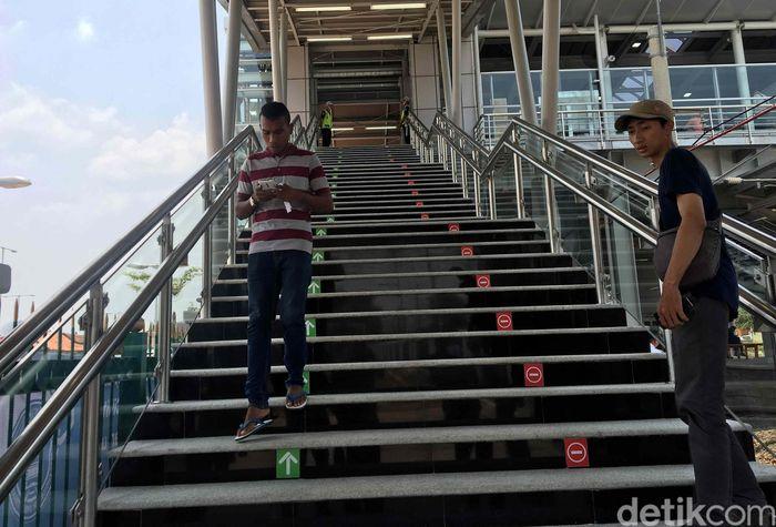 Stasiun ini terbilang sudah sangat lengkap untuk urusan fasilitas yang memudahkan penumpang KRL. Selain dilengkapi dengan tangga berjalan atau eskalator, juga terdapat 2 unit lift untuk perpindahan penumpang dari pintu masuk stasiun ke peron.