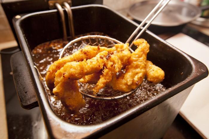 Menggoreng dengan minyak yang banyak dapat mengoksidasi minyak menjadi lemak trans, lemak jenuh dan kolesterol. Selain itu, metode masak seperti ini juga bisa menghancurkan nilai gizi makanan dan meningkatkan risiko penyakit jantung. Foto: Thinkstock