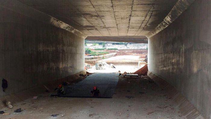 Terowongan disiapkan di pintu tol Antasari, Jakarta Selatan. Terowongan melintasi bawah jalan TB Simatupang. Menurut petugas lapangan, pembangunan memasuki tahap akhir seperti pekerjaan utilitas.