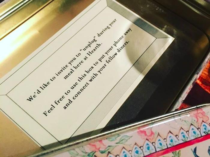 Agar tidak terdistraksi ponsel, restoran ini sediakan kotak kecil untuk menyimpan ponsel para pengunjung. Foto: Instagram/@laupicarde