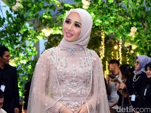 Alasan Laudya Cynthia Bella Pakai Jumpsuit Saat Gelar Resepsi di Bandung