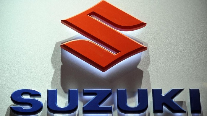 The Suzuki logo is displayed during the Los Angeles Auto Show on December 2, 2009 in Los Angeles, California. The Los Angeles Auto Show will be open to the public December 4 to 13. AFP PHOTO / GABRIEL BOUYS / AFP PHOTO / GABRIEL BOUYS