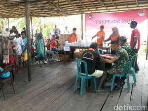 Warga Asmat Ikuti Pengobatan Gratis dari Tim Ekpedisi NKRI