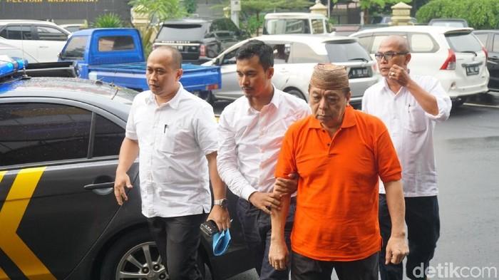 Foto: Eks dokter RSPAD dr Anwari saat ditangkap terkait penganiayaan di Gandaria City (Kanavino/detikcom)