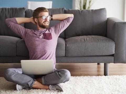 Pria merahasiakan masalah pekerjaan dari pasangannya.